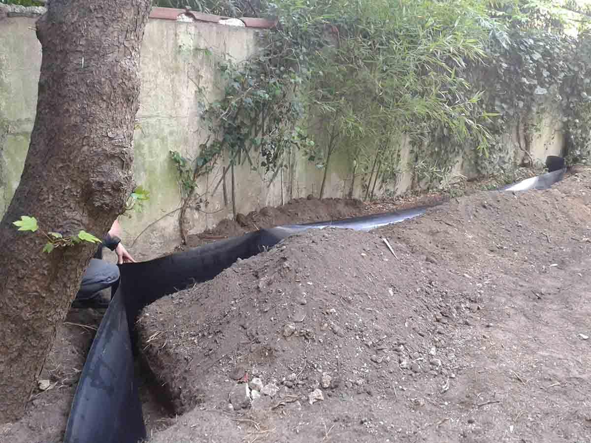 Le jardin était envahi par les bambous du jardin voisin, après nettoyage, mise en place d'une barrière anti rhizome