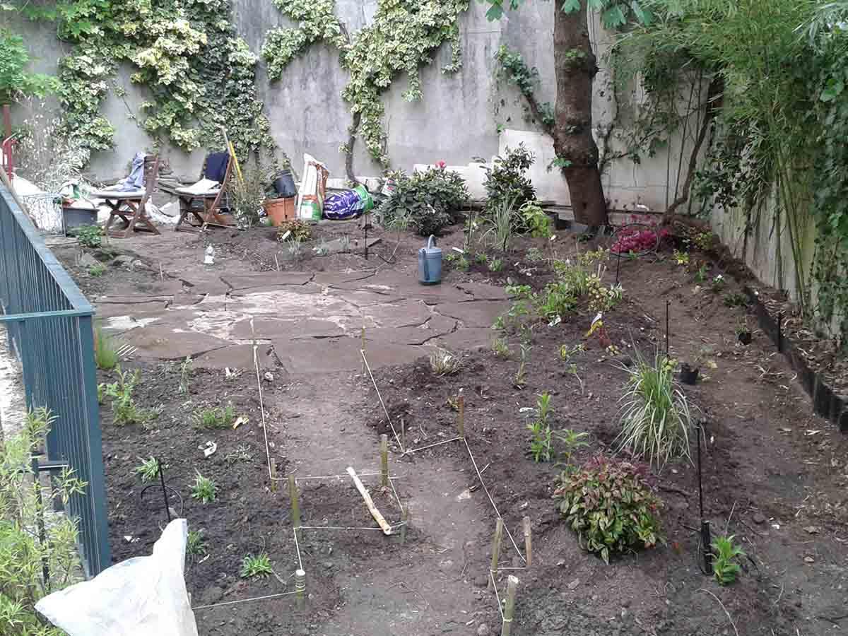Fin des plantations : beaucoup de plantes vivaces pour ce jardin, d'où un aspect dénudé à la plantation. Dans deux ou trois ans, ce sera un foisonnement