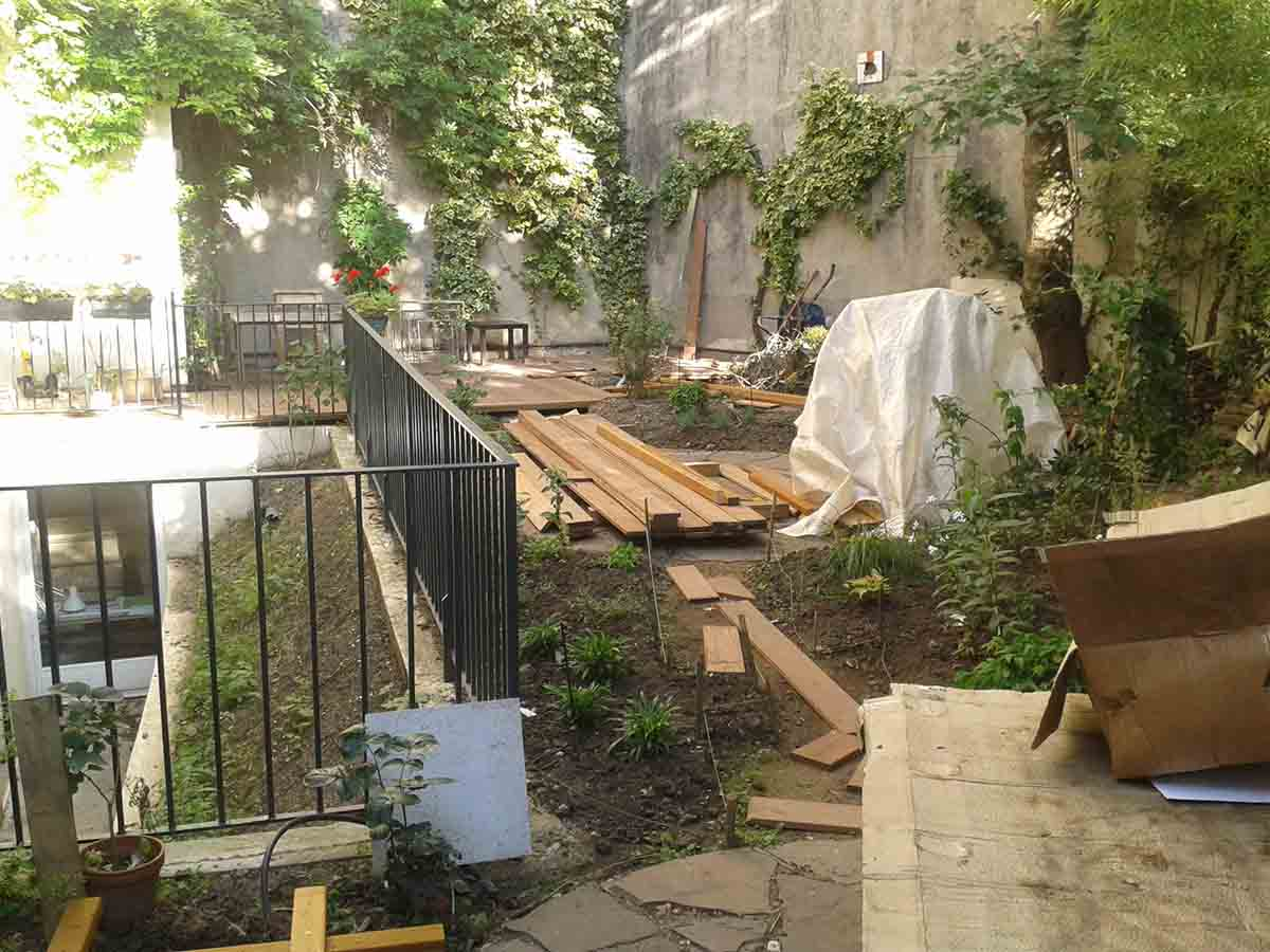 Construction de la terrasse : pas facile de stocker tout le matériel dans un espace aussi réduit