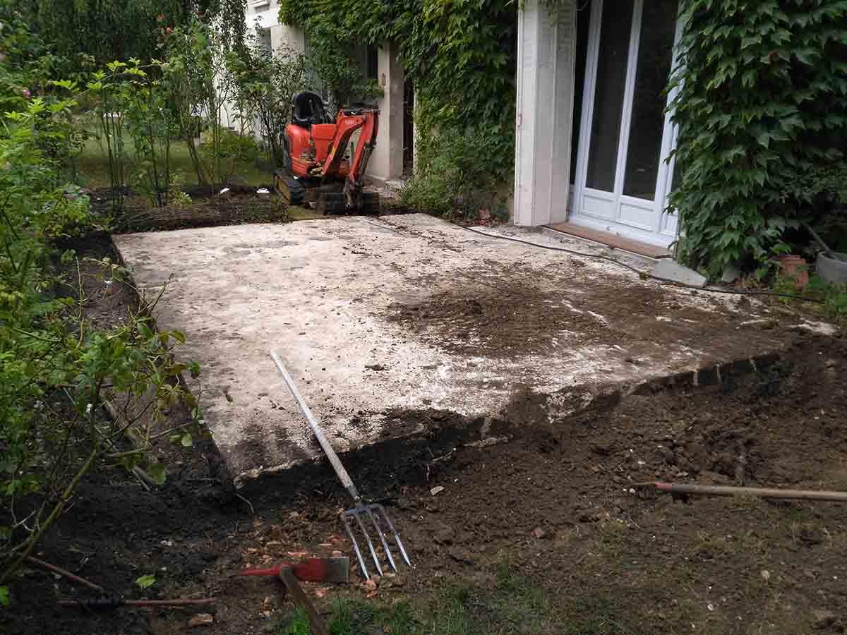 Les parties sur terrain naturel sont décaissées de 20cm environ en prévision de la structure de la terrasse