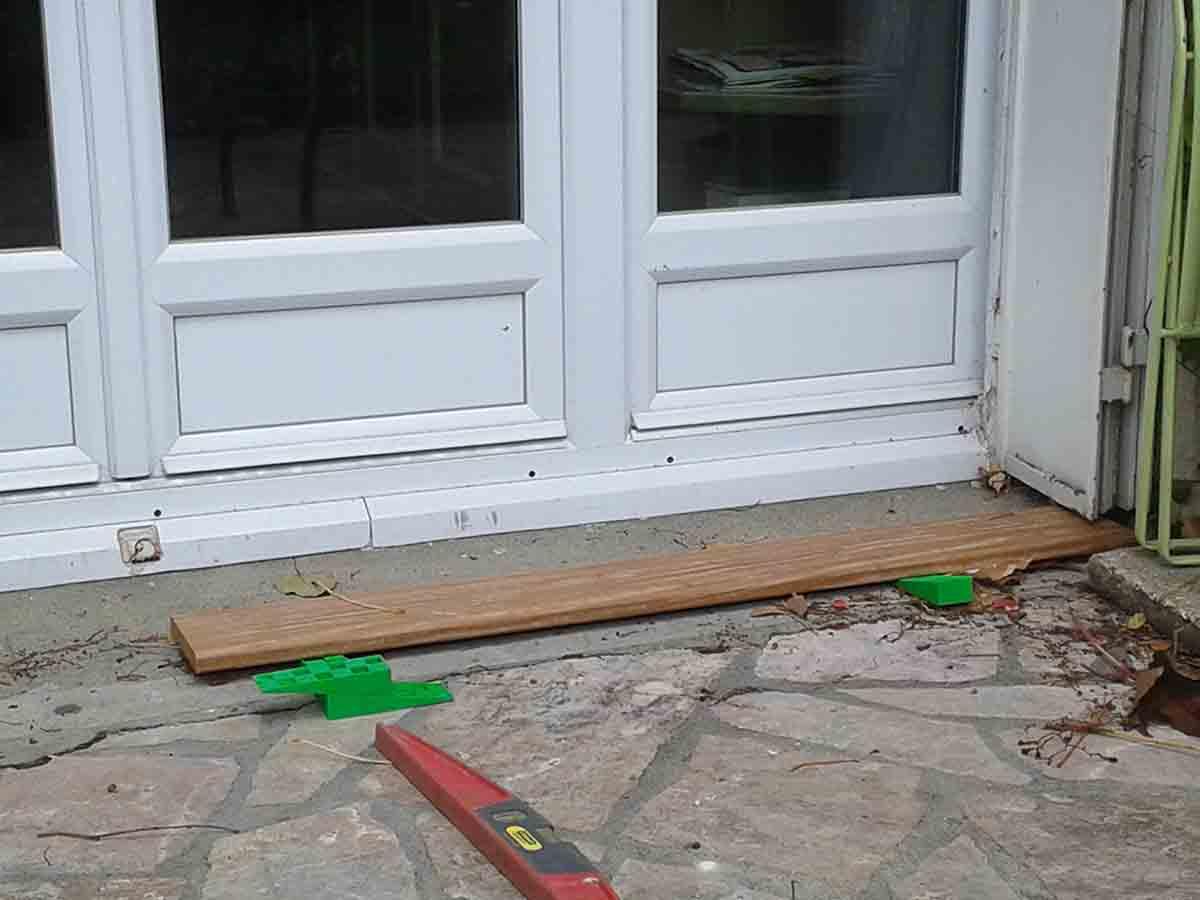 Le seuil de la porte fenêtre détermine le niveau de la terrasse. Il a fallu l'entailler pour avoir la place de poser les premières rangées de lames