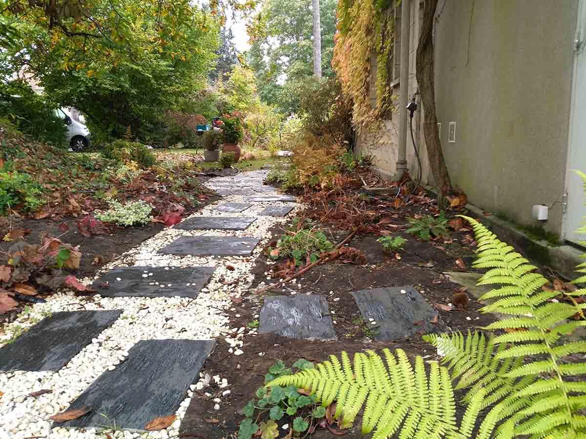 Un dallage entouré de plantations me paraissait plus approprié pour cette zone de passage vers le fond du jardin