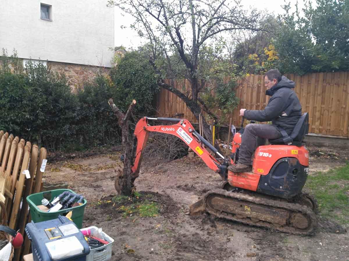 Travail du sol à la minipelle : arrachage, décompactage et réalisation des tranchées d'arrosage