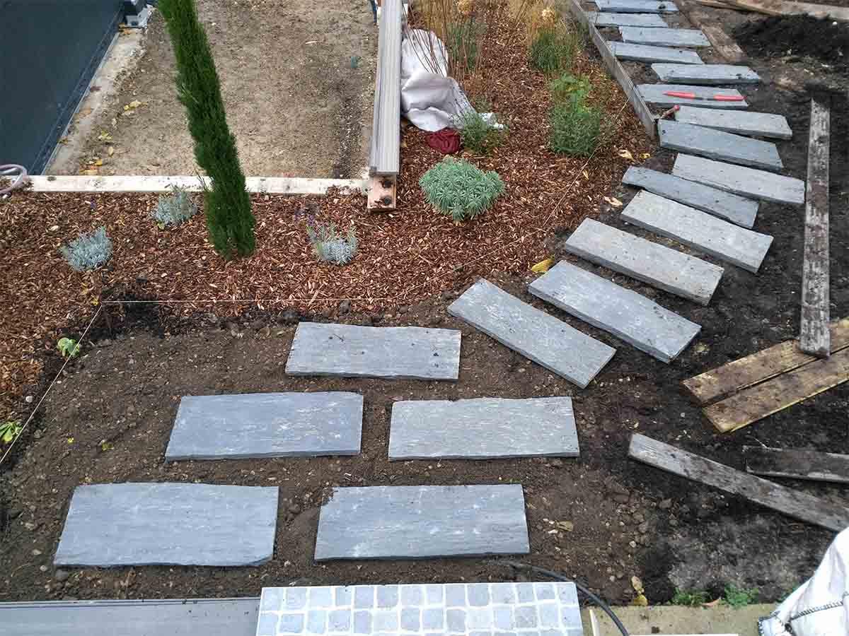 Calepinage : les dalles sont posées et réparties sur la surface prévue pour l'allée