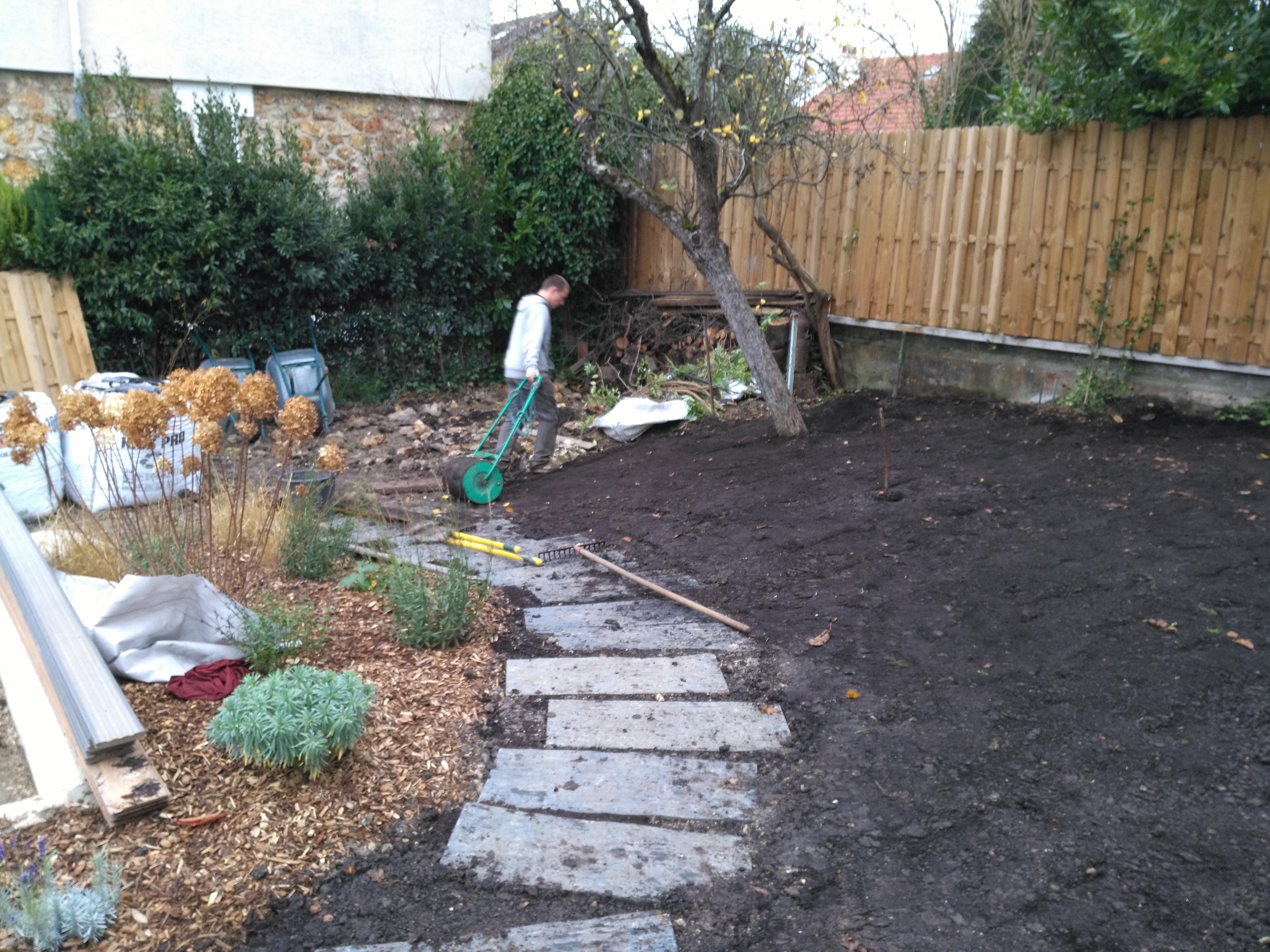 Le sol est aplani par plusieurs griffages successifs puis roulé