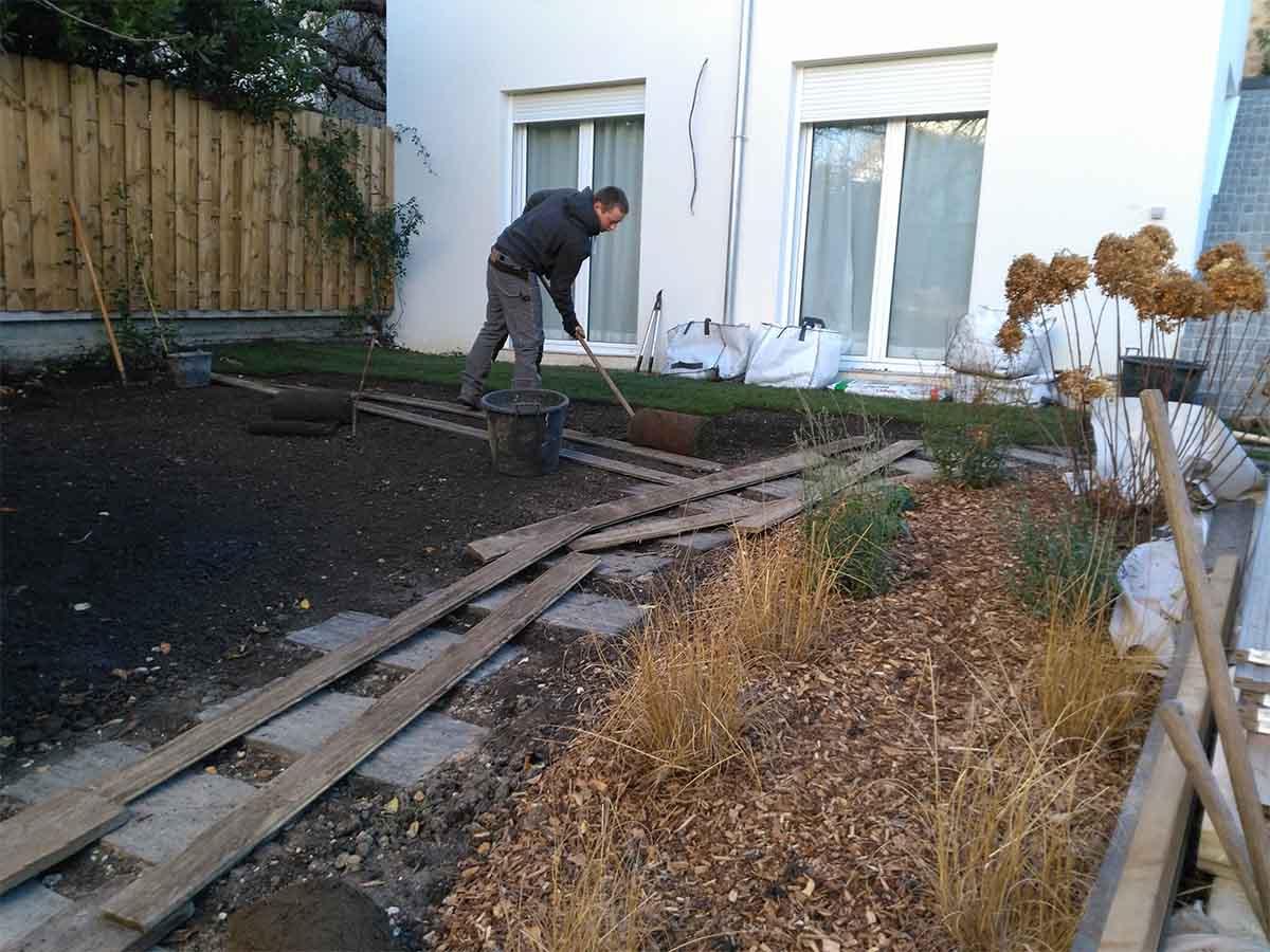 On travaille sur des planches en bois afin de limiter le tassement du sol