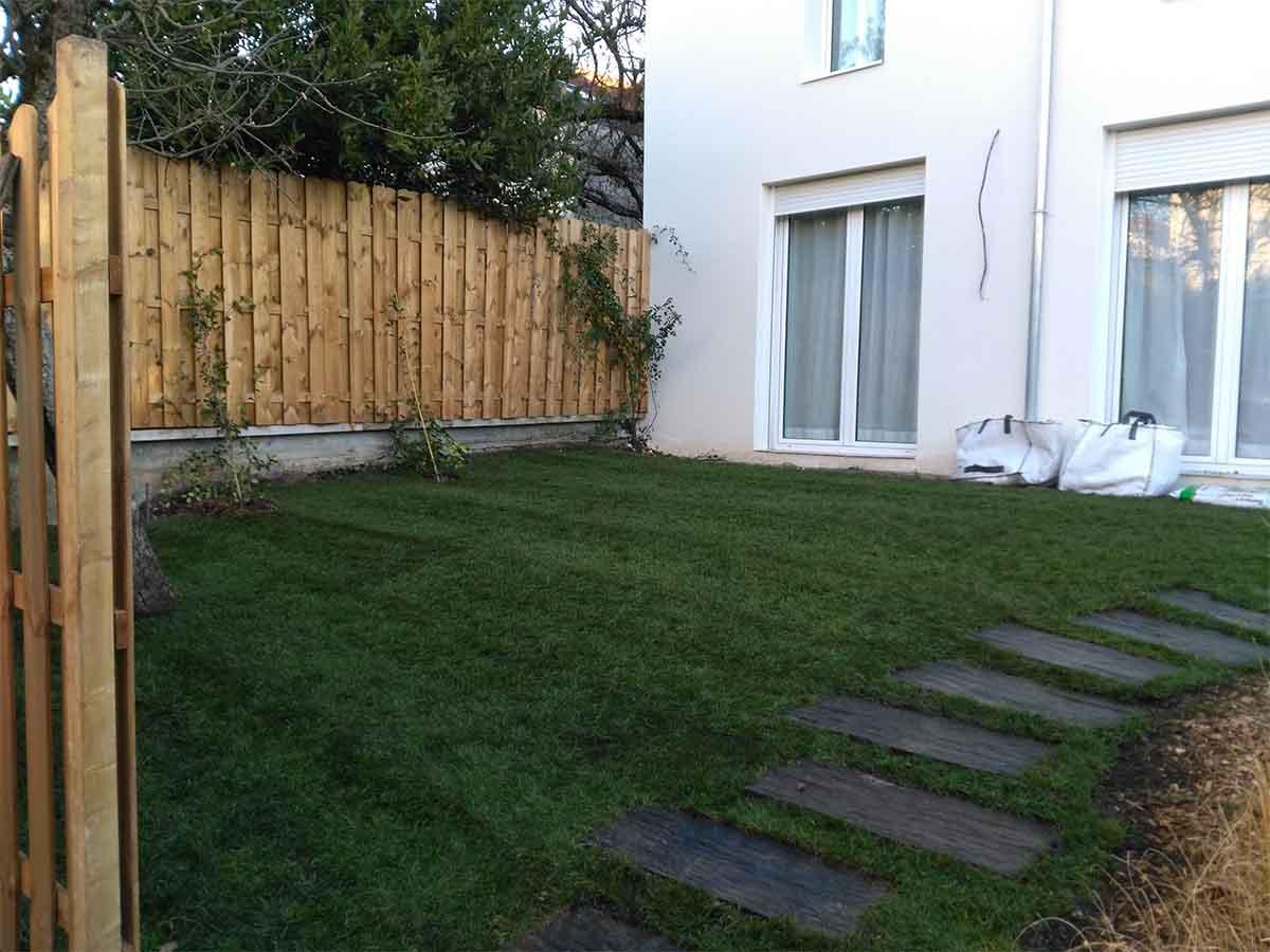 La pelouse est posée : le jardin a un aspect fini dès la fin du chantier