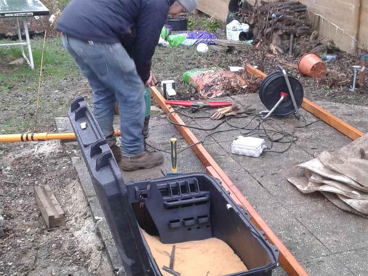 Enfouissement dans le sol des vis de fondation à l'aide d'un vérin électrique