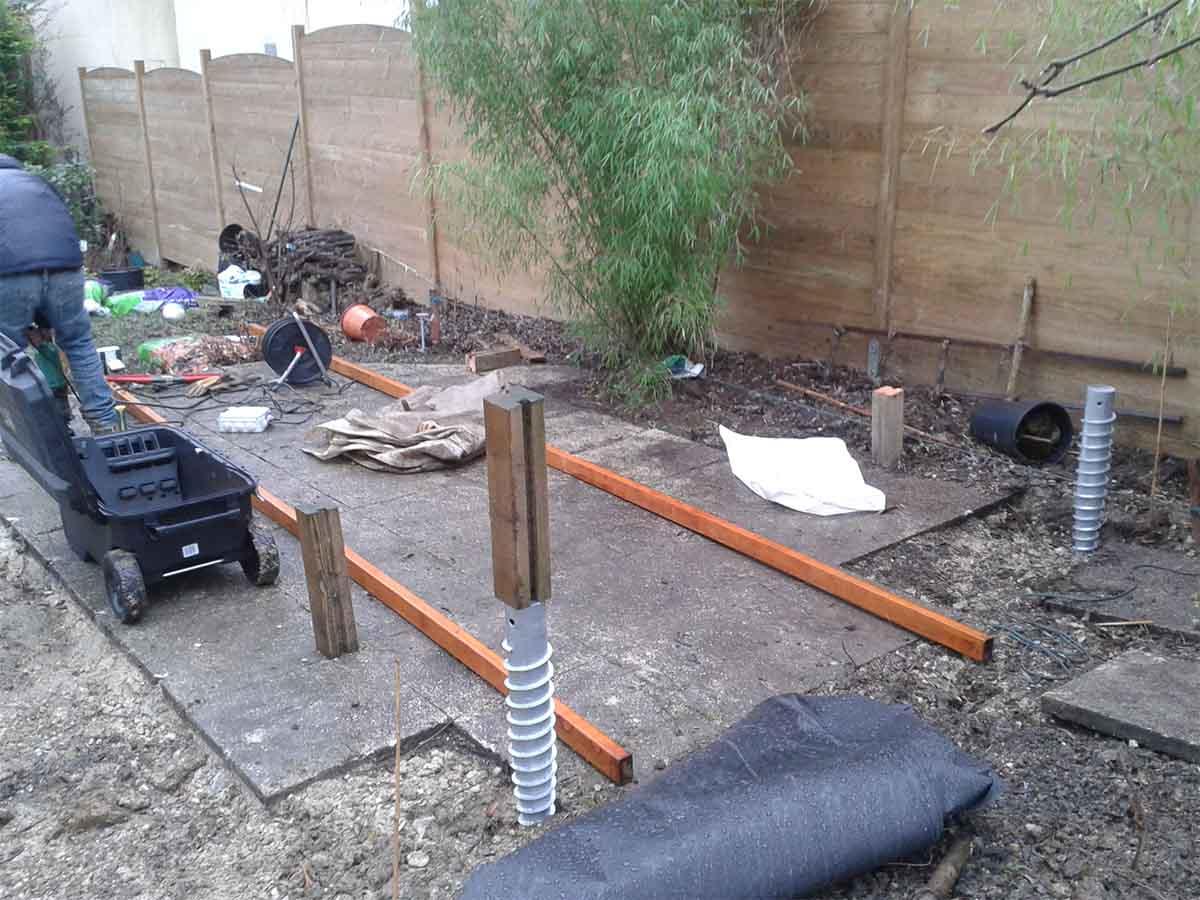 1ère étape : Construction d'une terrasse en bois dont la structure sera fixée sur des vis de fondations aux emplacements des futurs poteaux du kiosque