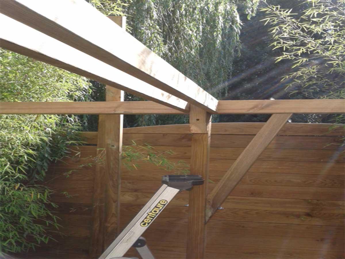 L'entrait moisé : 2 pièces de bois sur la largeur du kiosque et le contrevent : fixé en biais, il évite une déformation par torsion