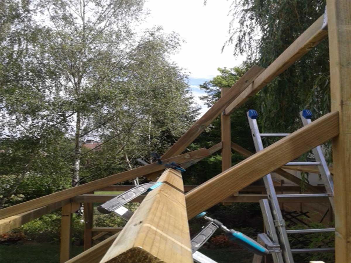 Premiers réglages : au premier plan, la panne intermédiaire sur laquelle repose le premier chevron. D'où l'on comprend que le toit sera à double pente !