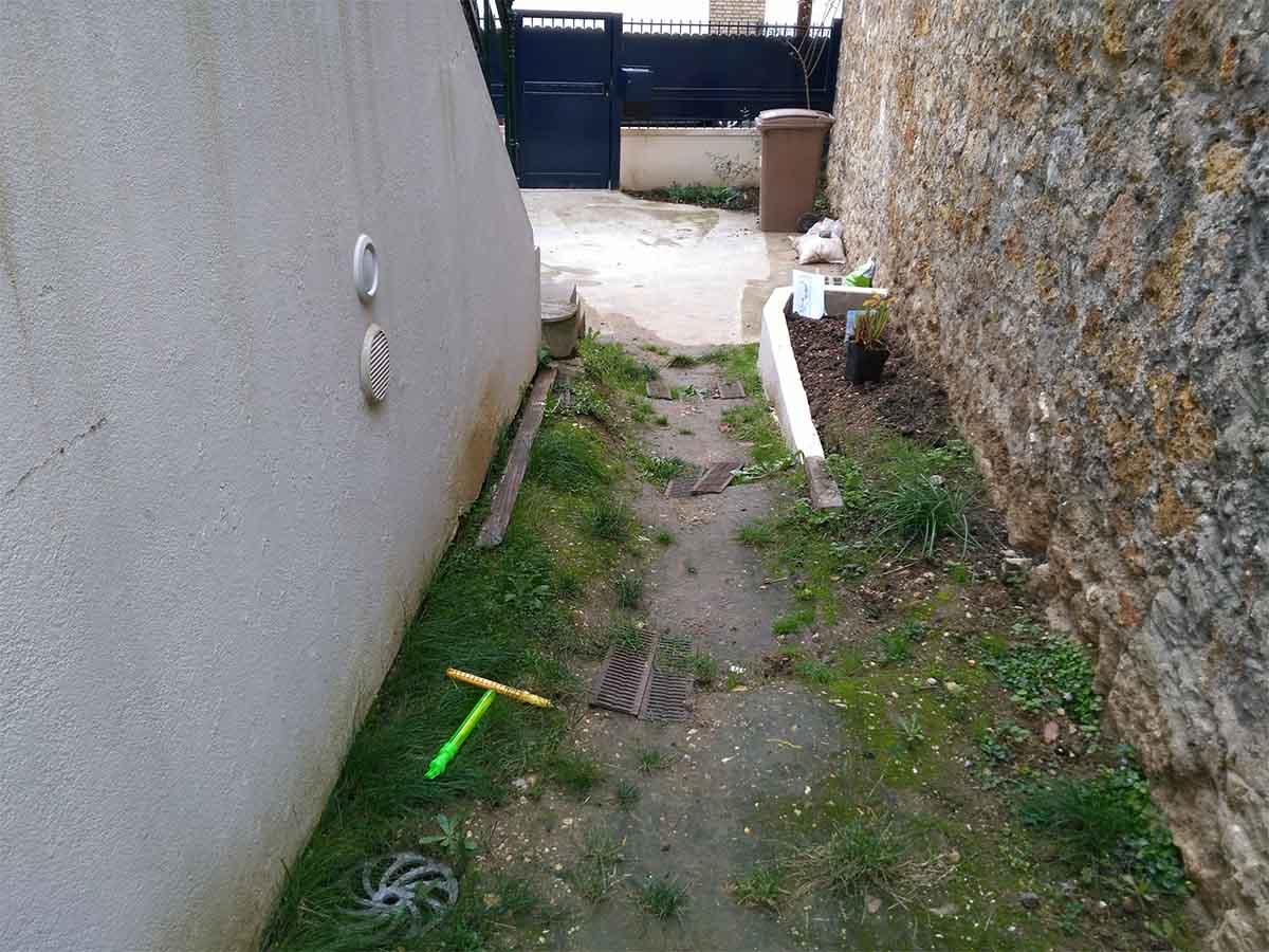 Etat des lieux : le passage le long de l'escalier avec un dénivelé d'environ 75cm