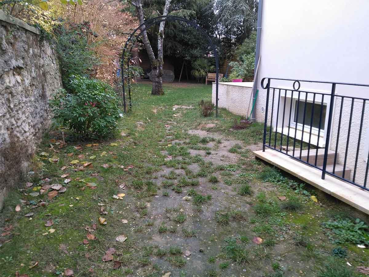 Après l'escalier, un grand espace, transition avant le jardin