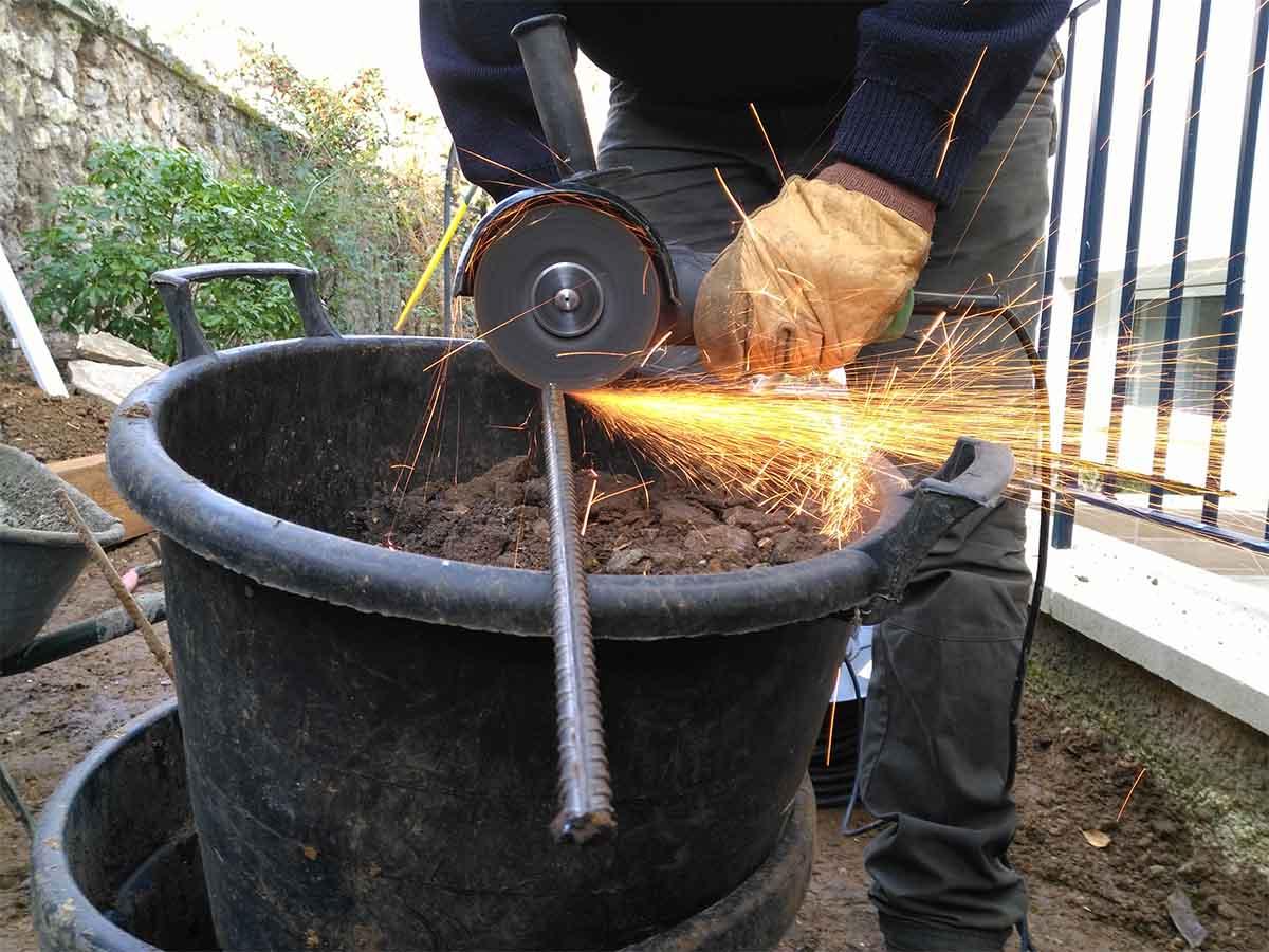 Découpe des fers à béton à la disqueuse