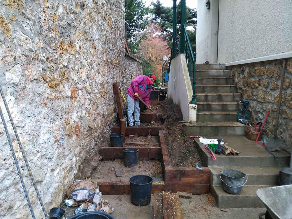 En bordure des marches, une jardinière est construite. La première portion est alignée sur le niveau de la 2ème marche