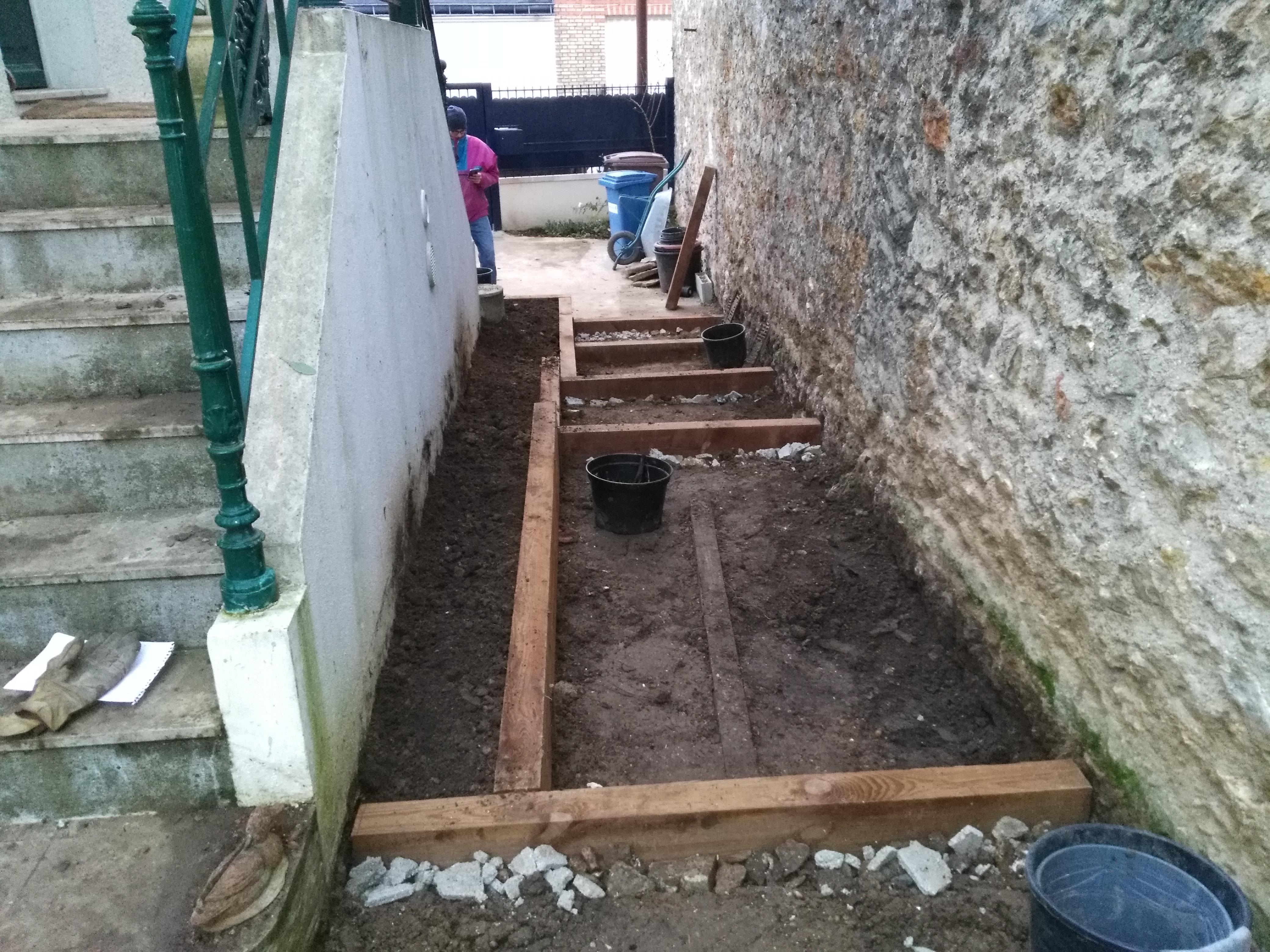 La jardinière est terminée et la terre enrichie avec du terreau