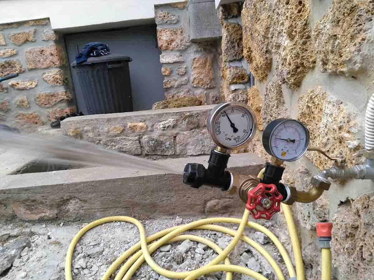 Le boitier à droite donne la pression Le boitier à gauche donne le débit : ici 20L/mn soit 1.2m3 heure. Cette information est déterminante pour fixer le nombre de réseaux