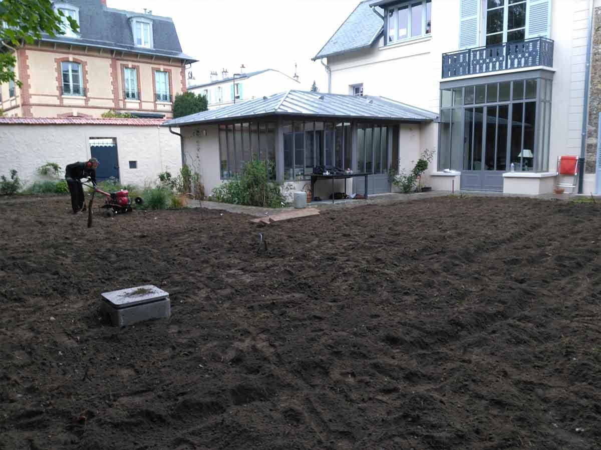 Le lendemain, tout a été rebouché et on peut commencer à travailler le sol au motoculteur