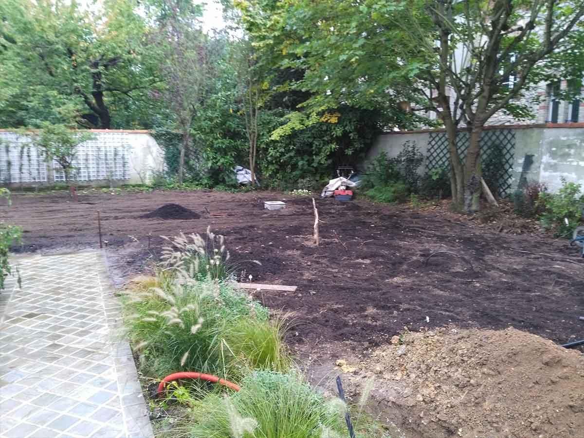 On a apporté 4 tonnes de terreau pour amender ce sol par endroit d'assez mauvaise qualité (cf tas de terre au 1er plan)