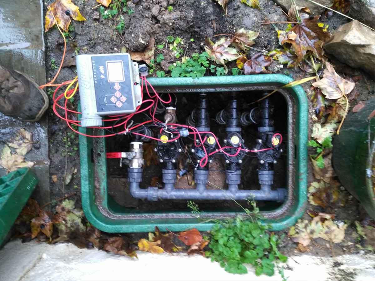 Le regard : Chaque réseau d'arrosage est commandé par une électrovanne, elles-mêmes reliées au programmateur