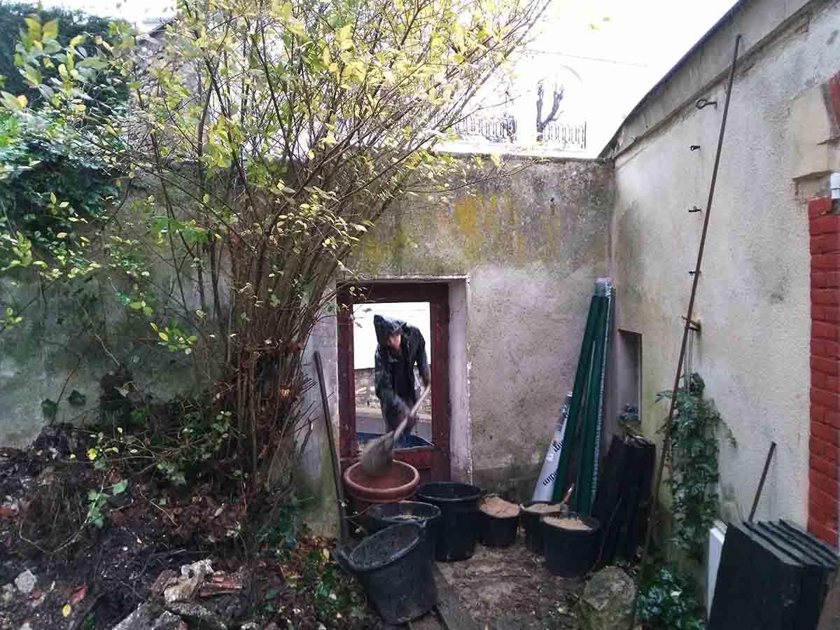 La difficulté sur ce chantier a été de passer tous les matériaux par cette petite porte qui ne s'ouvrait plus