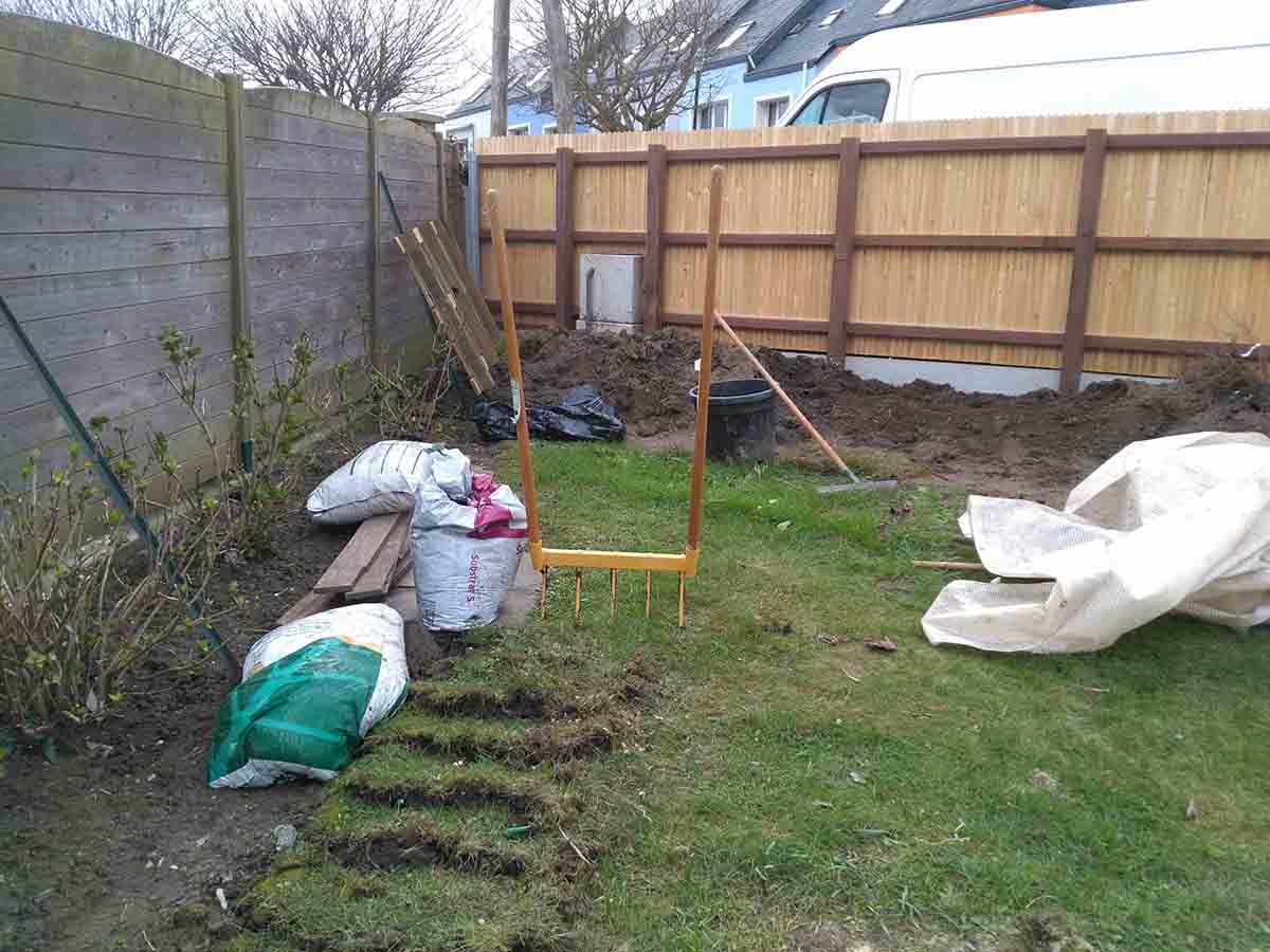 Début du décompactage du sol à la grelinette