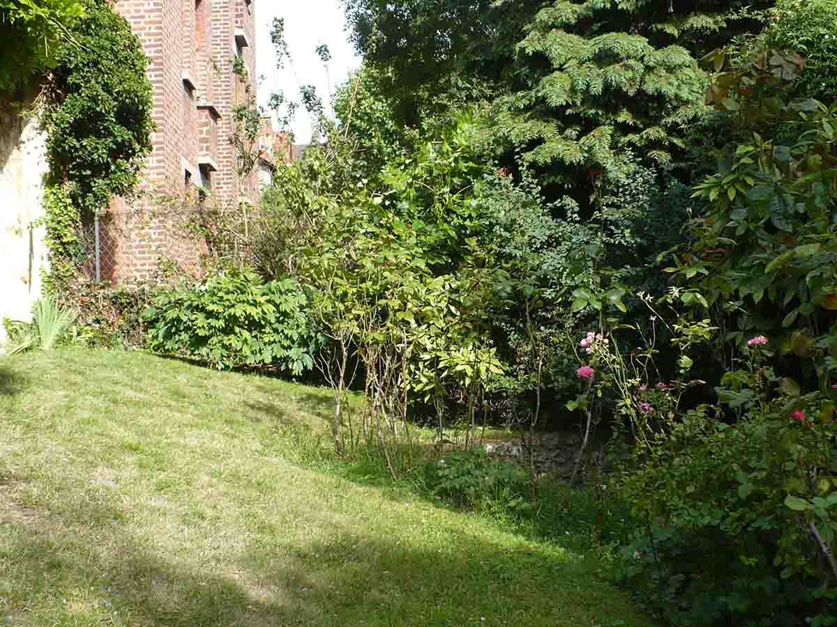 La contrainte de ce jardin : 1 mètre de dénivelé sur sa largeur entre la sortie du salon à gauche et le fond du jardin à droite