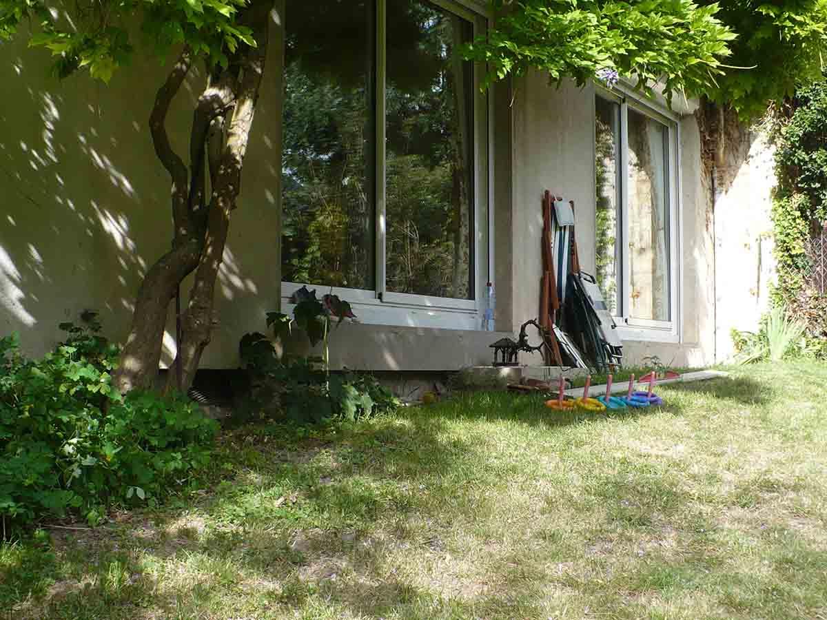 Avec en plus une marche de 50cm à rattraper entre le niveau et du salon et le jardin…